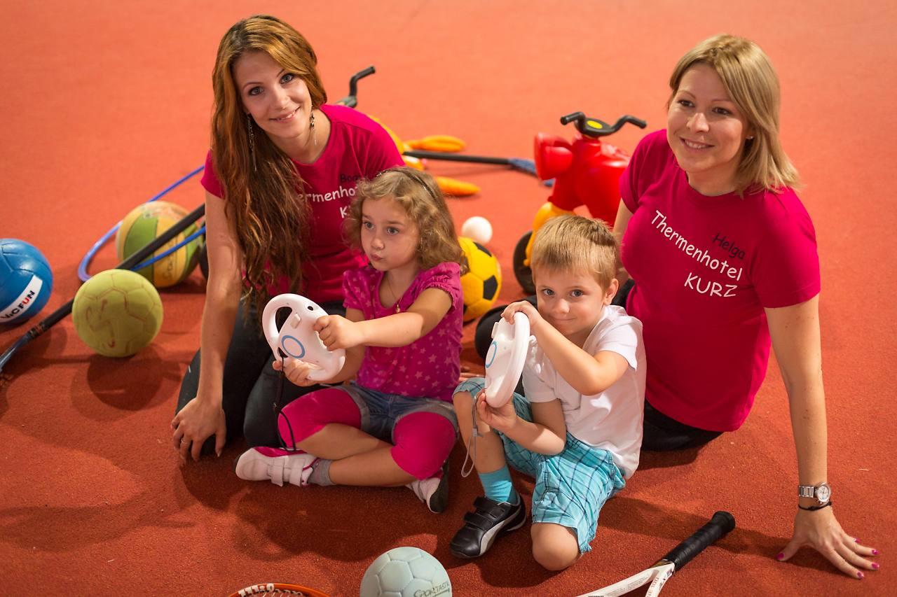Kinder spielen mit den Kinderbetreuerinnen der ALL IN Hotels Lutzmannsburg
