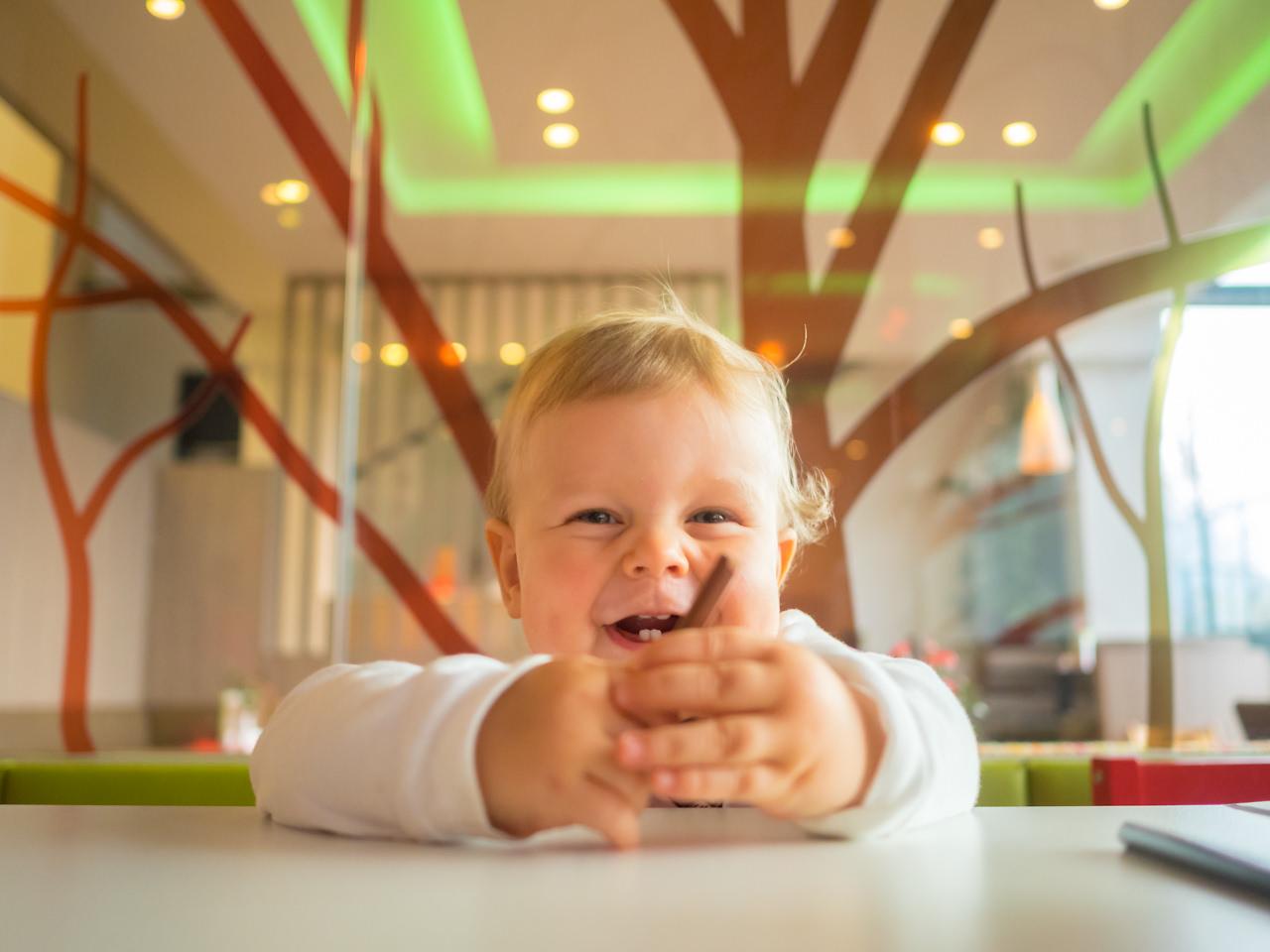 Kind glücklich und lachend im Kinderspielbereich des ALL IN Hotels Restaurants