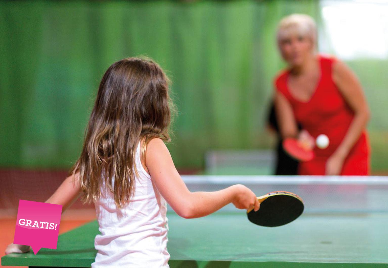 Kinder und Eltern spielen Tischtennis in der Tennishalle